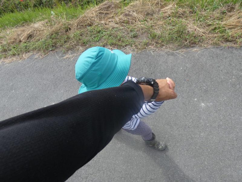 手を繋いで歩く