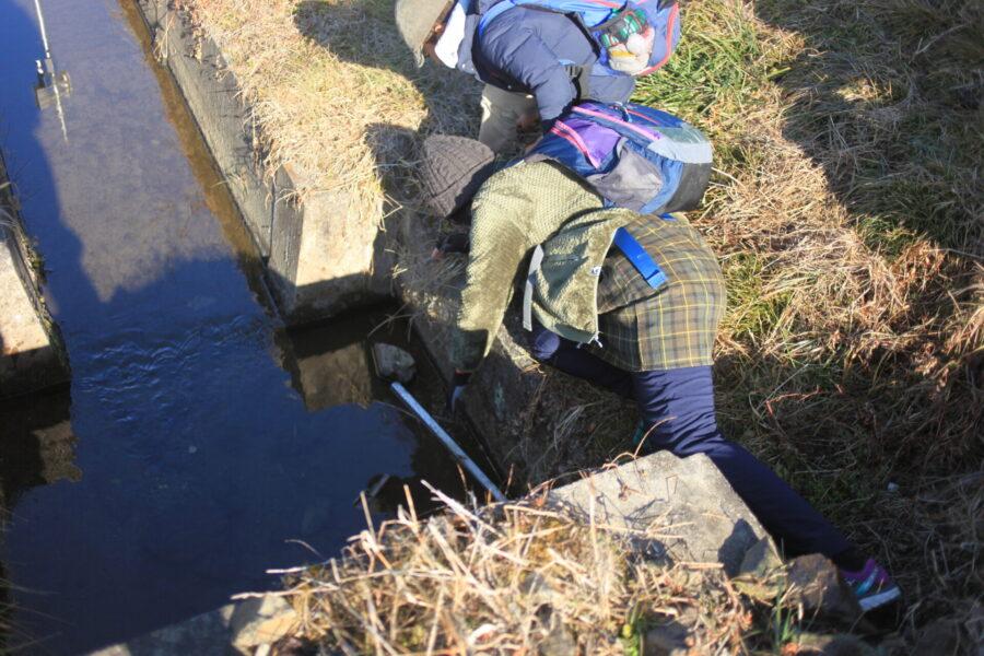 川に落とした物を拾う