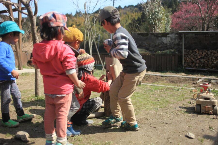 木の人形と遊ぶ
