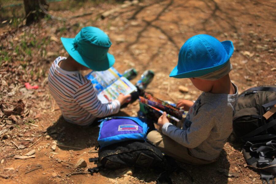 座って本を読む子ども