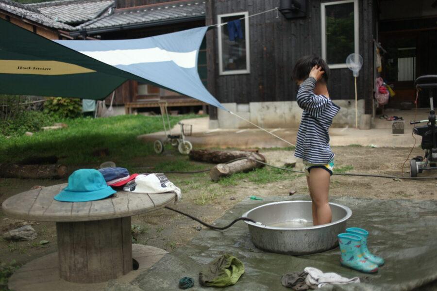 タライで洗う