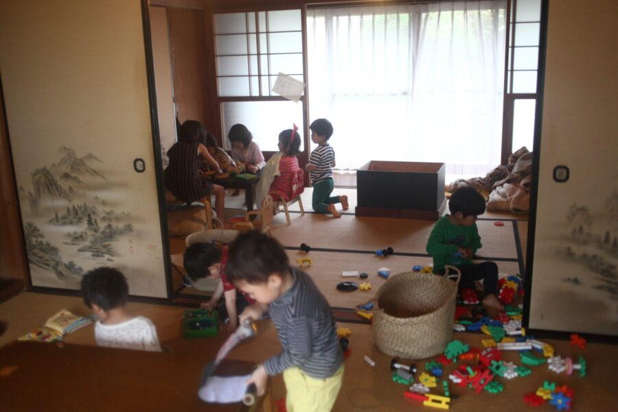 家の中で遊ぶ